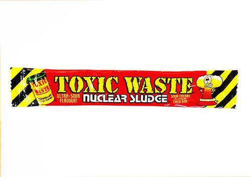 Жевательная конфета Toxic Waste со вкусом вишни (срок годности до 31.04.2020)